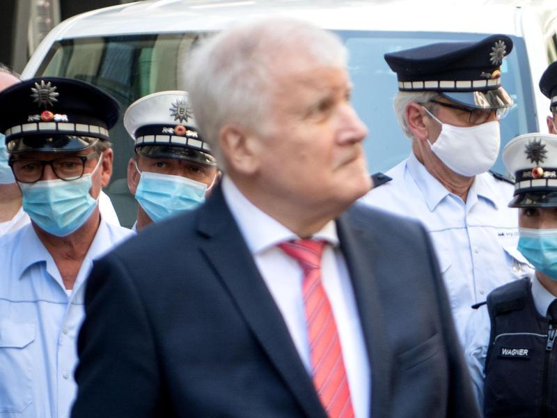 Bundesinnenminister Horst Seehofer vor einer Gruppe Polizisten. Seehofer beklagt, eine ständige Kritik an der Polizei. Foto: Marijan Murat/dpa