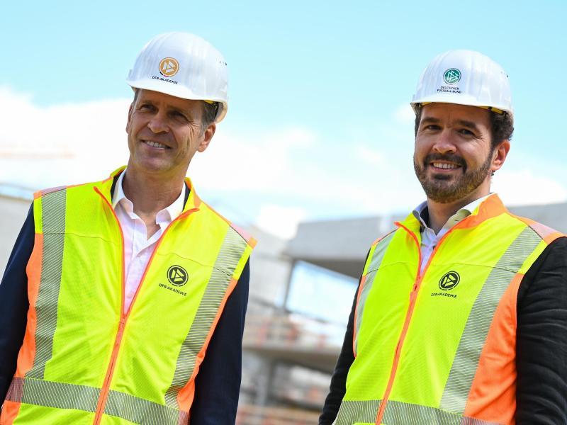 Liegen beim Bau der DFB-Akademie im Plan: DFB-Direktor Oliver Bierhoff (l) und Generalsekretär Friedrich Curtius. Foto: Arne Dedert/dpa