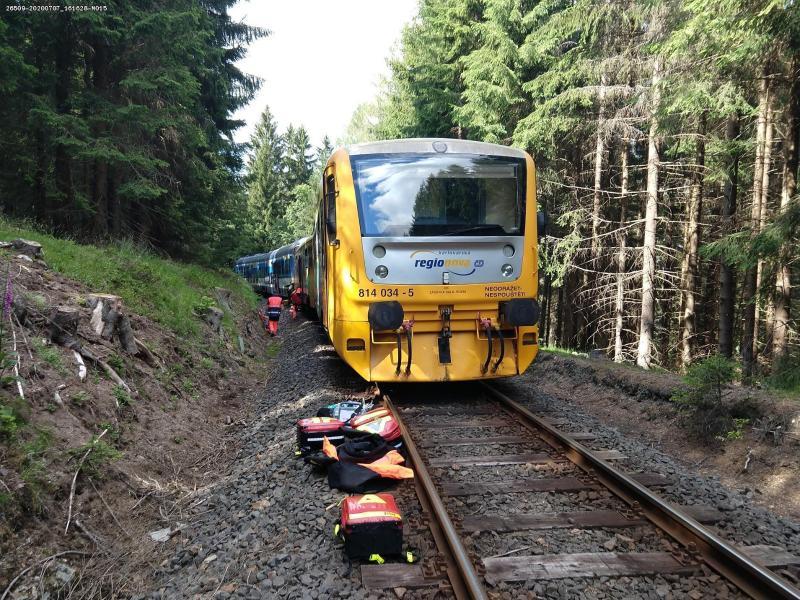 Rettungskräfte inspizieren am Unglücksort die Züge. Foto: -/Staatliche Eisenbahnverwaltung Tschechiens (SŽDC)/dpa