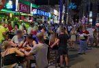 Dichtes Gedränge am vergangenen Freitag auf der «Bierstraße» in Palma de Mallorca. Foto: Michael Wrobel/Birdy Media/dpa