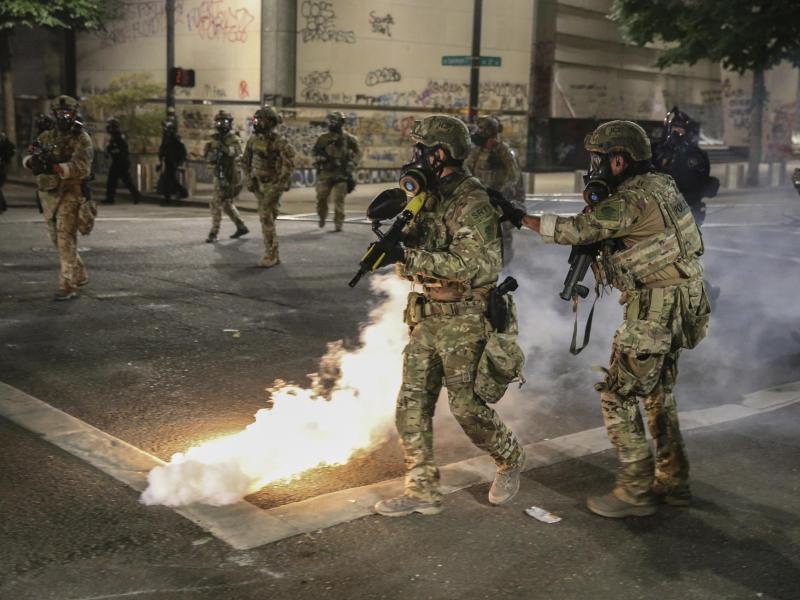 Polizisten im Einsatz gegen Demonstranten in Portland. Foto: Dave Killen/The Oregonian/AP/dpa