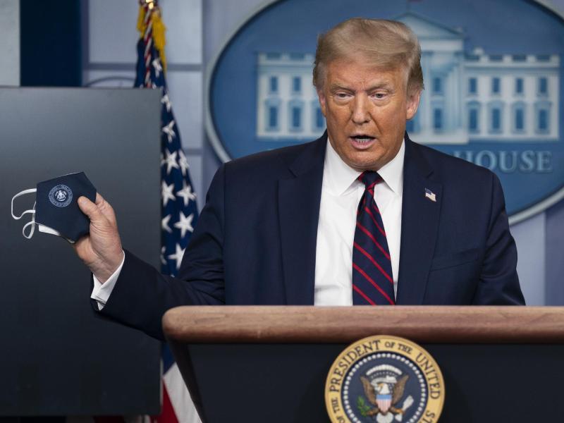 Kehrtwende: US-Präsident Donald Trump präsentiert eine Schutzmaske. Foto: Evan Vucci/AP/dpa