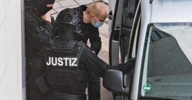 Der angeklagte Halle-Attentäter Stephan B. (3.v.l.). Foto: Hendrik Schmidt/dpa-Zentralbild/dpa