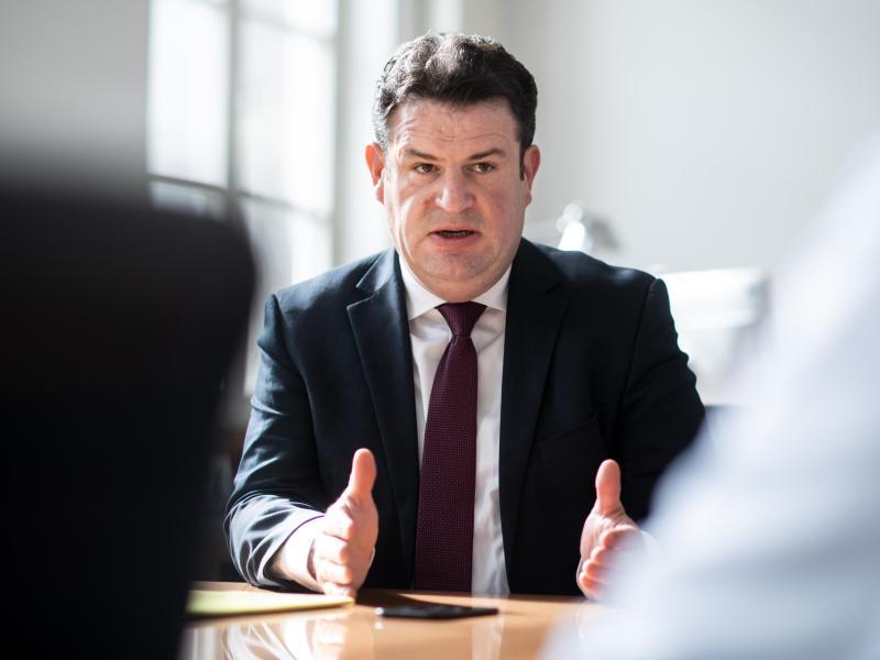 """""""Ich werde Vorschläge machen, wie wir schneller die Marke von 12 Euro pro Stunde als Lohnuntergrenze erreichen können"""", sagt Heil. Foto: Bernd von Jutrczenka/dpa"""