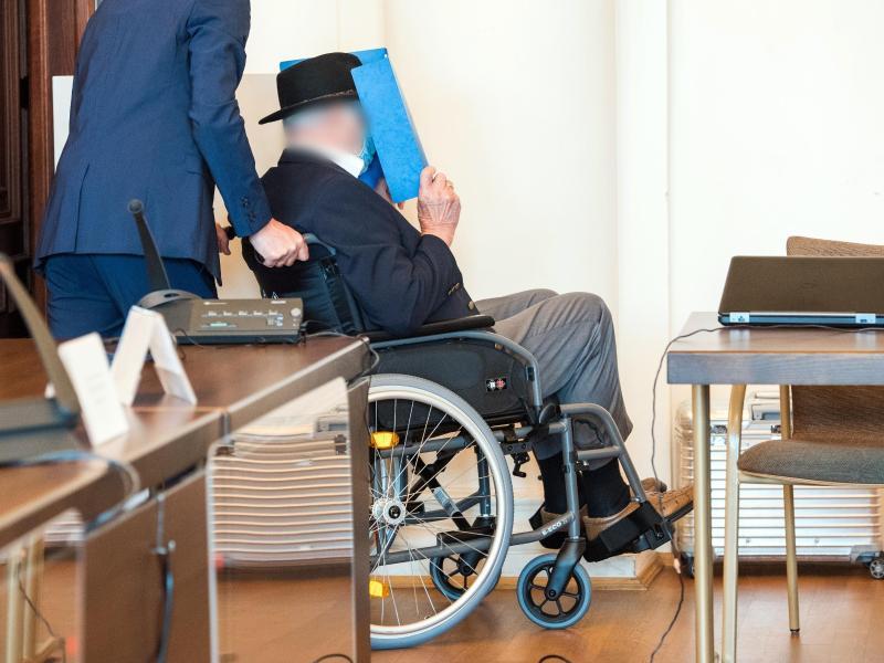 Ein 93 Jahre alter ehemaliger SS-Wachmann des Konzentrationslagers Stutthof bei Danzig wird im Landgericht in einem Gerichtssaal geschoben. Foto: Daniel Bockwoldt/dpa