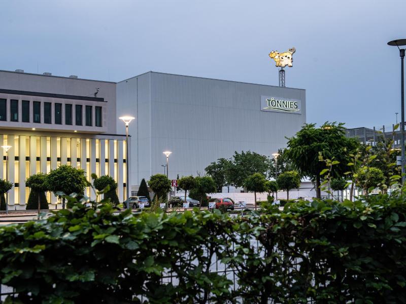 Der Tönnies-Schlachtbetrieb in Rheda-Wiedenbrück. Forscher haben einen möglichen Corona-Superspreader in der Rinderzerlegung des Betriebs ausgemacht. Foto: Guido Kirchner/dpa