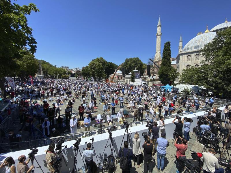 Zahllose Gläubige beten vor der Hagia Sophia, in der erstmals das Freitagsgebet stattfindet. Foto: Mehmet Guzel/AP/dpa