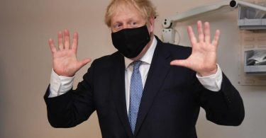 Der britische Premierminister Boris Johnson bei einem Besuch in einem Krankenhause im Osten Londons. Foto: Evening Standard/Jeremy Selwyn/PA Wire/dpa