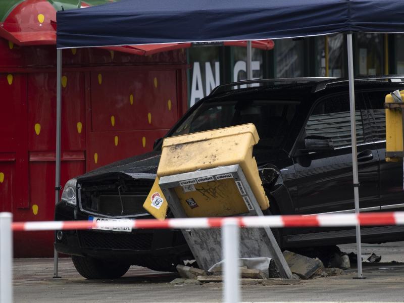Ein Auto steht nach dem Zusammenstoß mit einer Menschengruppe am Hardenbergplatz in Berlin an einem zerstörten Briefkasten. Foto: Paul Zinken/dpa-Zentralbild/dpa