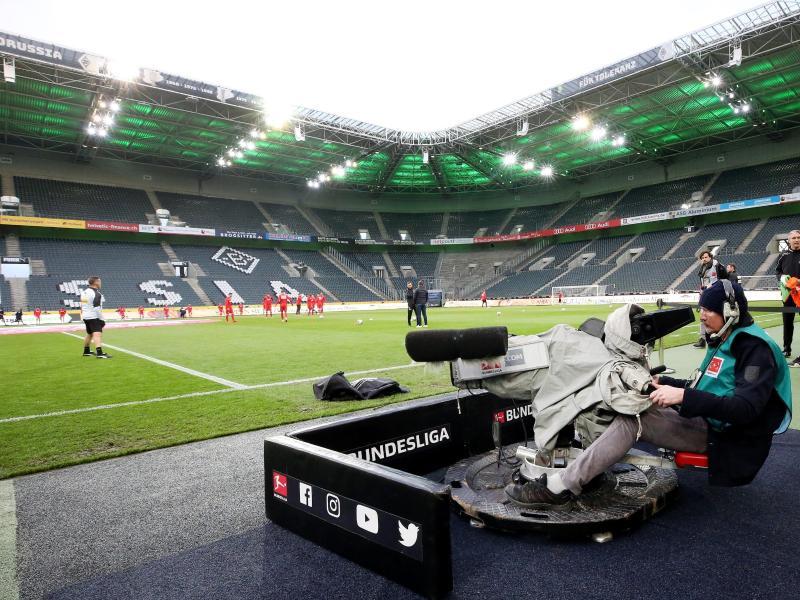 Die DFL will die künftige Verteilung der Medienerlöse in drei Regionalkonferenzen mit den 36 Erst- und Zweitliga-Clubs beraten. Foto: Roland Weihrauch/dpa