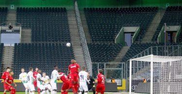 Die Gästebereiche in Deutschlands Fußball-Stadien sollen bis Jahresende leer bleiben. Foto: Roland Weihrauch/dpa