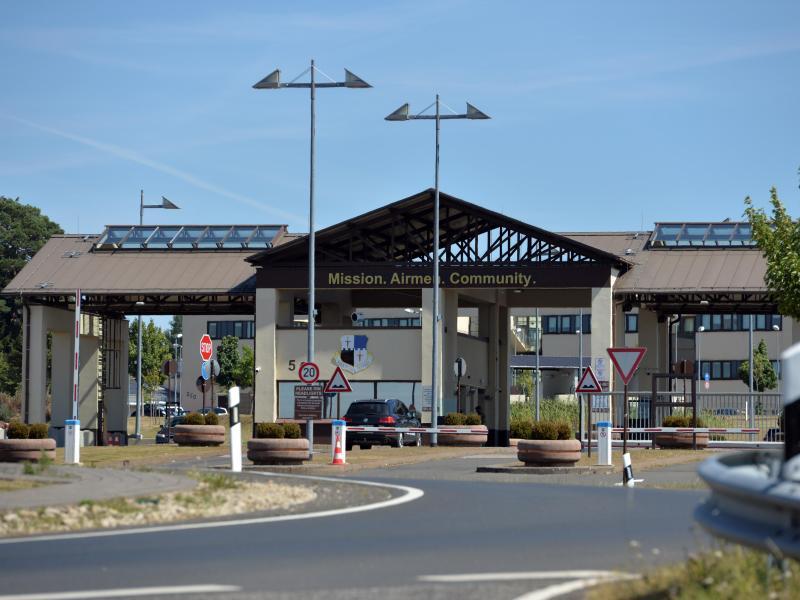 In Spangdahlem ist ein Geschwader mit Kampfflugzeugen des Typs F16 stationiert. Insgesamt sind dort etwa 4.000 US-Soldaten stationiert. Foto: Harald Tittel/dpa