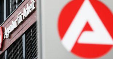 Gebäude der Agentur für Arbeit. Die Einschränkungen der Corona-Pandemie treiben die Arbeitslosenzahlen in Deutschland in die Höhe. Foto: Oliver Berg/dpa