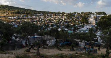 Blick auf das Flüchtlingslager Camp Moria und angrenzende Behelfslager. Foto: Angelos Tzortzinis/DPA