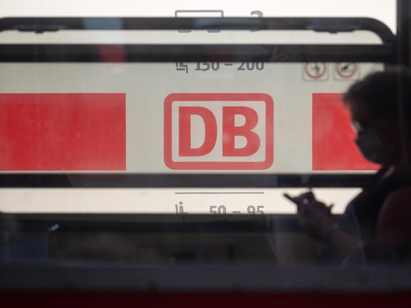 Ein Reisender mit Mundschutz in der Bahn. Der Konzern will sicherstellen, dass alle Fahrgäste Maske tragen. Foto: Sebastian Gollnow/dpa