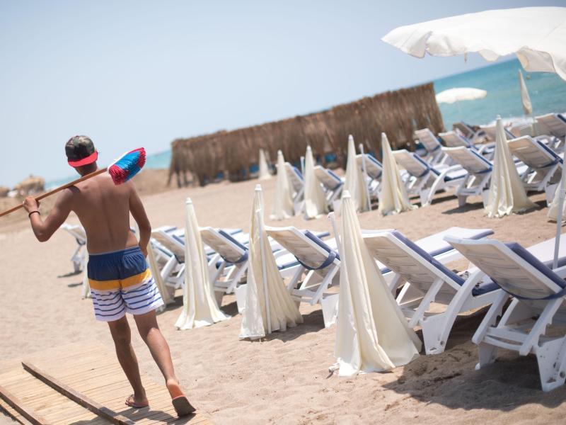 Ein Mann geht an einem leeren Strand in Antalya entlang. Die Bundesregierung hat die Reisewarnung für die Türkei teilweise aufgehoben. Foto: Marius Becker/dpa