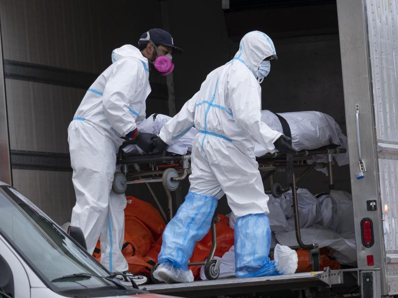 Im April mussten Corona-Tote in New York zwischenzeitlich in Kühltransportern gelagert werden. Die USA verzeichnen weiter die meisten Toten weltweit. Foto: Craig Ruttle/FR61802 AP/dpa