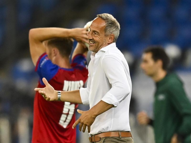 Trainer Adi Hütter reagiert an der Seitenlinie mit hochgezogenen Schultern: Eintracht Frankfurt ist ausgeschieden. Foto: Gian Ehrenzeller/KEYSTONE/dpa
