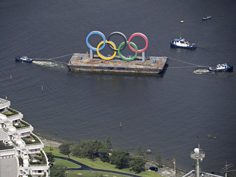 Die Olympischen Ringe werden in der Bucht von Tokio zu Instandhaltungsarbeiten entfernt. Foto: -/kyodo/dpa