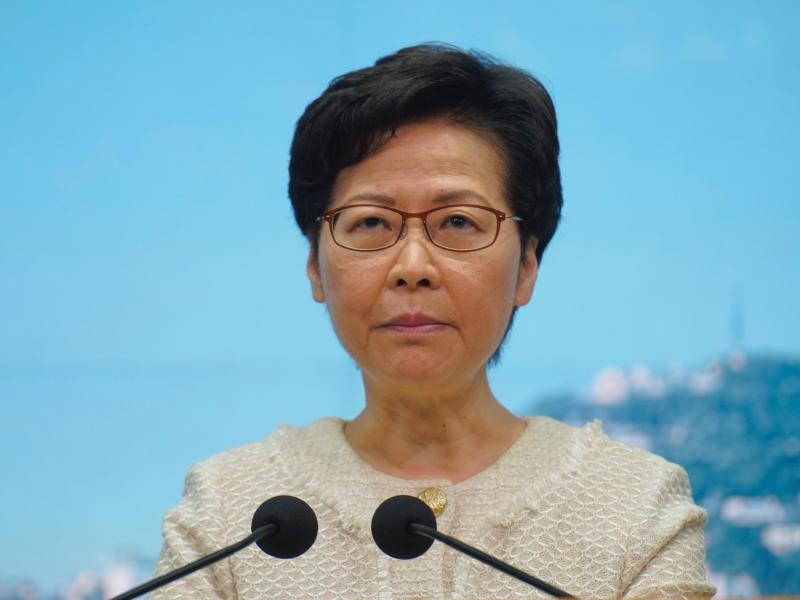 Carrie Lam, Regierungschefin der chinesischen Sonderverwaltungszone Hongkong, nimmt Fragen von Journalisten bei einer Pressekonferenz entgegen. Foto: Vincent Yu/AP/dpa