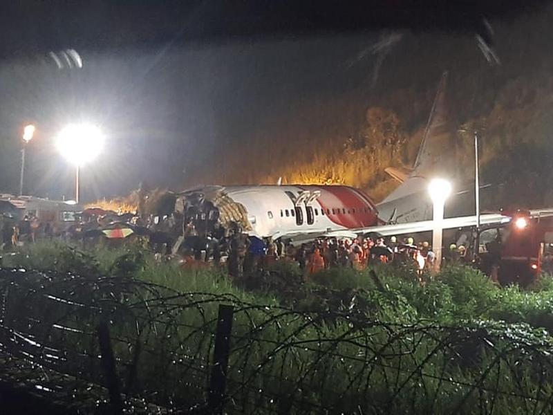 Rettungskräfte arbeiten am Flughafen Calicut am Wrack der Air-India-Express-Maschine IX 1344 aus Dubai. Foto: AP/dpa
