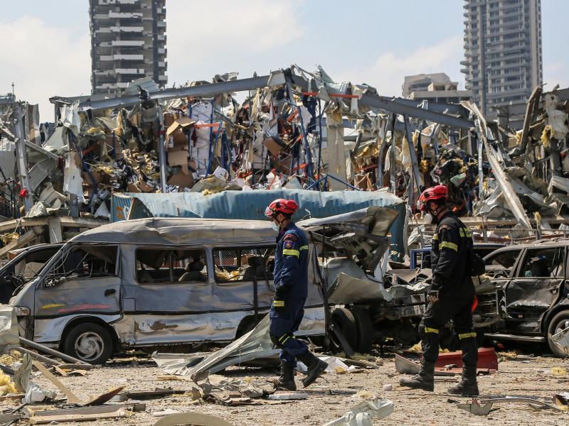 Griechische Zivilschutzhelfer am Ort der verheerenden Explosion im Hafen von Beirut. Foto: Marwan Naamani/dpa