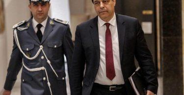 Ministerpräsident Hassan Diab (r) will angesichts der politischen und wirtschaftlichen Krise des Libanon vorgezogene Neuwahlen. Foto: Stringer/dpa/Archiv