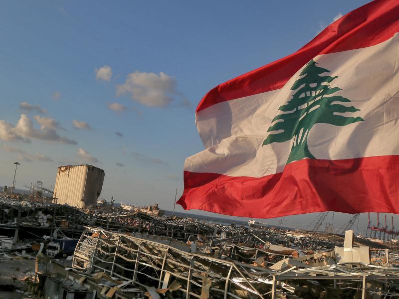 Eine libanesische Flagge weht in der Nähe der Stelle, an der eine Explosion am 4. August 2020 den Hafen von Beirut in Schutt und Asche legte. Foto: Marwan Naamani/dpa