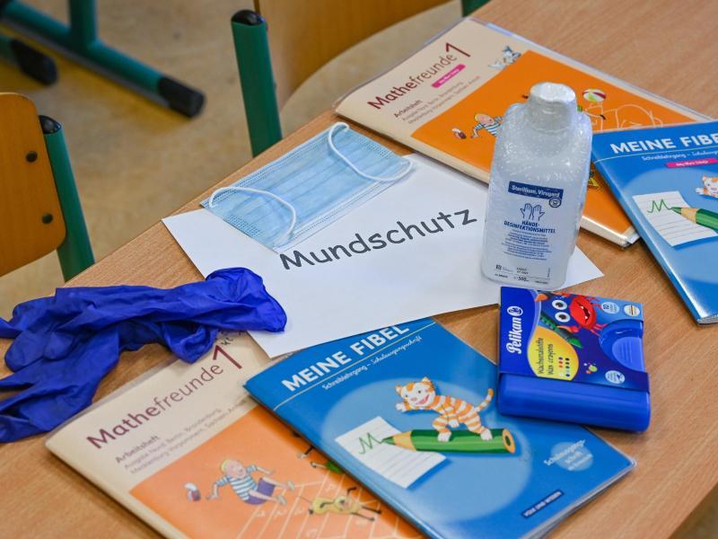 In Brandenburg gilt in Fluren, Treppenhäusern und Mensen eine Maskenpflicht für Schüler und Lehrer, aber nicht in Klassenräumen und auf Schulhöfen. Foto: Patrick Pleul/dpa-Zentralbild/dpa