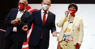Olaf Scholz (M) mit den SPD-Bundesvorsitzenden Norbert Walter-Borjans (l) und Saskia Esken. Foto: Kay Nietfeld/dpa