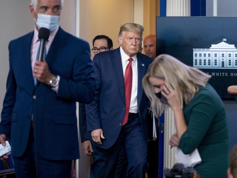US-Präsident Trump kehrt zu der Pressekonferenz zurück, nachdem er wegen eines Sicherheitsvorfalls vor dem Zaun des Weißen Hauses den Raum verlassen hatte. Foto: Andrew Harnik/AP/dpa