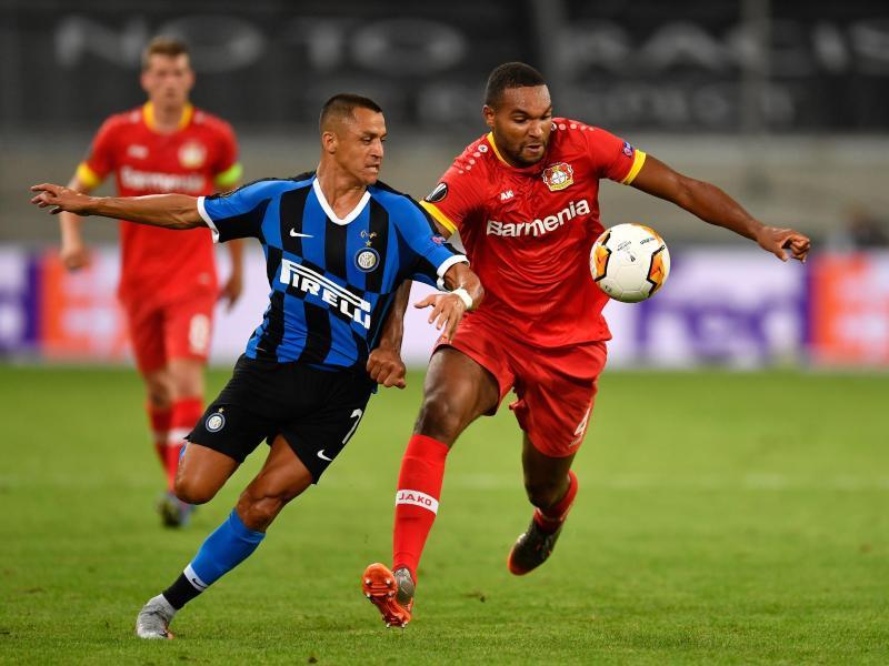 Leverkusens Jonathan Tah (r) und Alexis Sanchez von Inter Mailand kämpfen um den Ball. Foto: Marius Becker/dpa