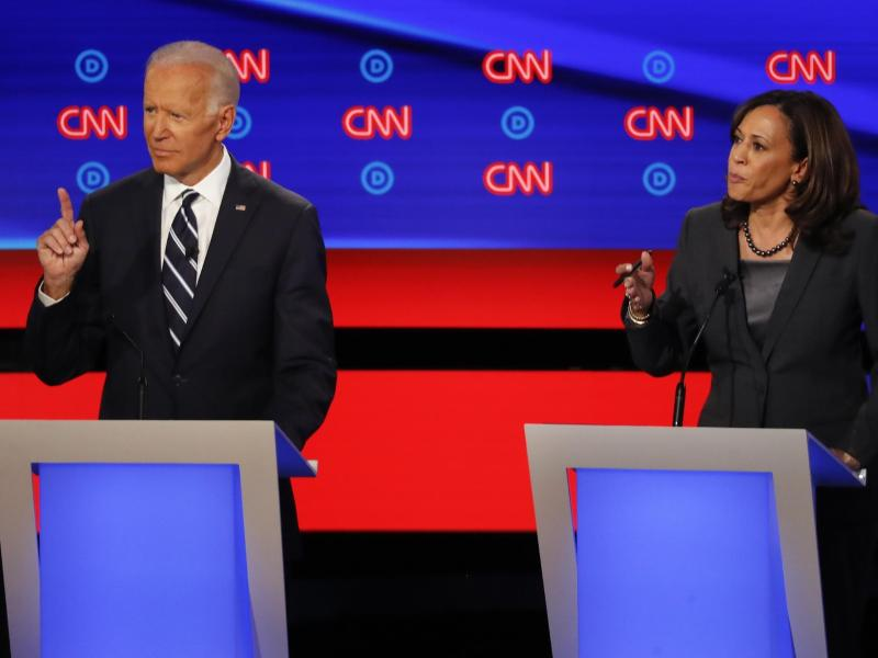 Die damaligen demokratischen Bewerber um die Präsidentschaftskandidatur, Joe Biden und Kamala Harris, sprechen im Juli 2019 während der zweiten TV-Debatte der Demokraten. Foto: Paul Sancya/AP/dpa