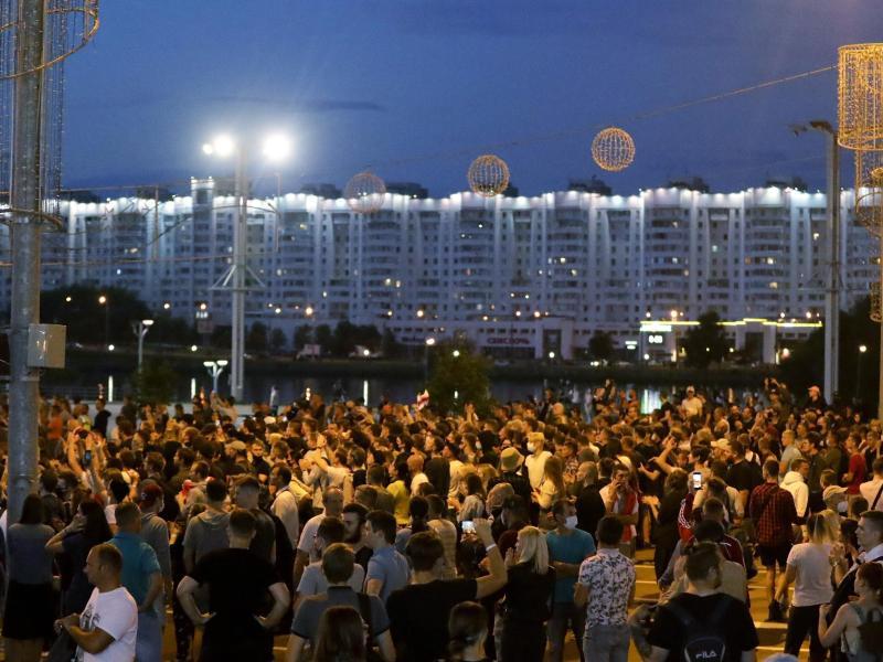 Seit Tagen gehen die Menschen in Minsk auf die Straße und protestieren. Foto: Sergei Grits/AP/dpa