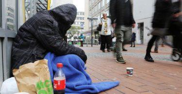 Ein Obdachloser in der Dortmunder Innenstadt. Das Armutsrisiko in Deutschland ist so hoch wie seit vielen Jahren nicht mehr. Foto: Ina Fassbender/dpa