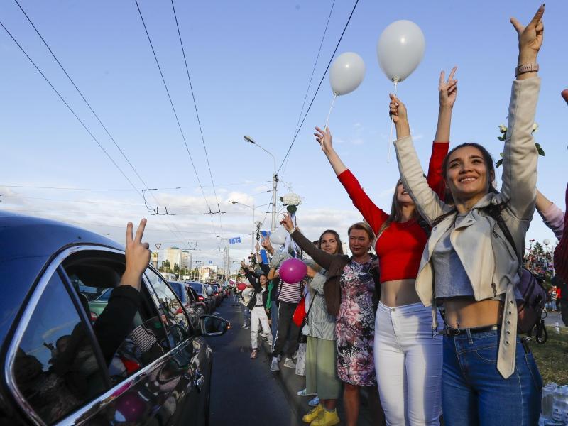 Demonstranten in Minsk zeigen das «Victory»-Zeichen bei einem Protest gegen das Wahlergebnis der Präsidentenwahl. Foto: Sergei Grits/AP/dpa