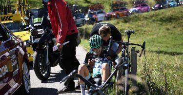 Musste bei der Dauphiné-Rundfahrt nach einem Sturz aussteigen: Emanuel Buchmann (M) vom Team von Bora-hansgrohe. Foto: Anne-Christine Poujoulat/AFP/dpa