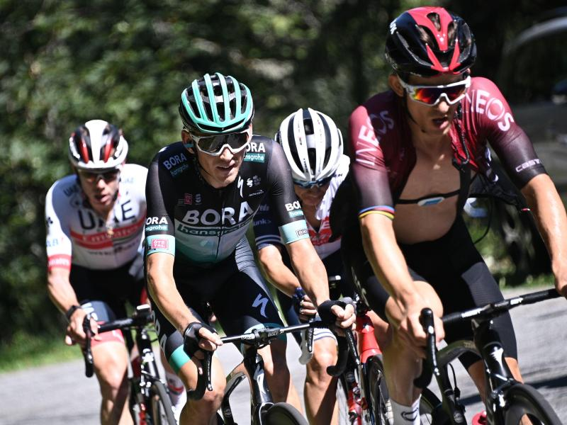 Lennard Kämna (2.v.l) gewann die vierte Etappe mit dem komfortablen Vorsprung von 41 Sekunden. Foto: Anne-Christine Poujoulat/AFP/dpa