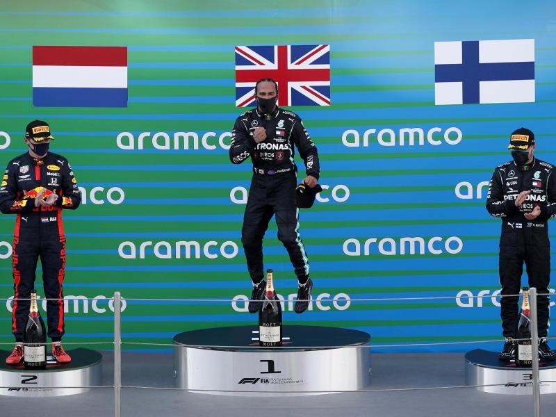 Der zweitplatzierte Max Verstappen (l-r), der Sieger Lewis Hamilton und der drittplatzierte Valtteri Bottas feiern auf dem Podium. Foto: Alejandro Garcia/Pool EPA/AP/dpa