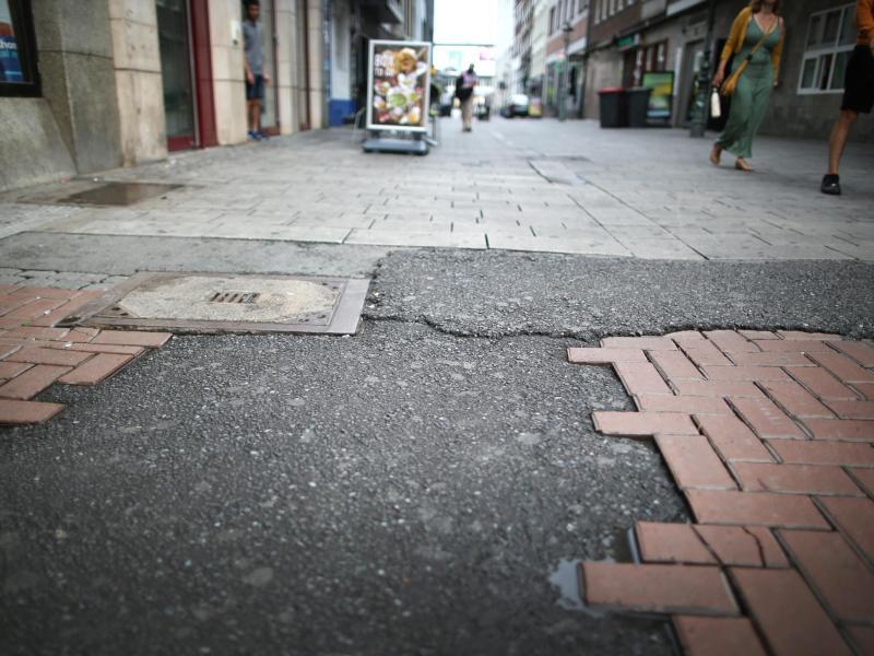 Der Ort in der Düsseldorfer Altstadt, an dem der umstrittene Polizeieinsatz stattgefunden hat. Dabei hatte ein Beamter einen Jugendlichen mit dem Knie am Kopf zu Boden gedrückt. Foto: Martin Gerten/dpa