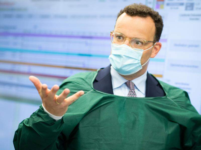 Bundesgesundheitsminister Jens Spahn besucht die Intensivstation im Universitätsklinikum Schleswig-Holstein in Kiel. Foto: Christian Charisius/dpa-POOL/dpa