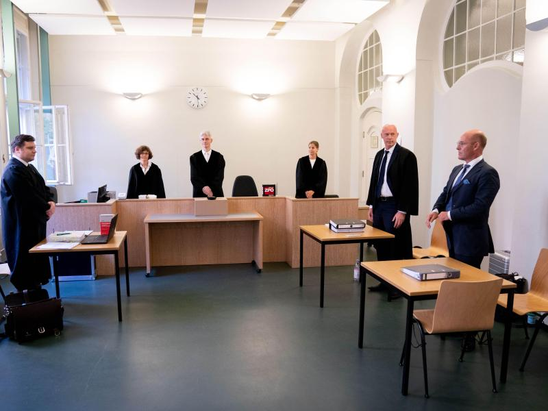 Rechtsanwalt Andreas Schoemaker (l), Vertreter von Andreas Kalbitz, Alexander Wolf (r), AfD-Bundesvorstand, und der Rechtsanwalt der Partei, Joachim Steinhöfel (2.v.r), vor dem Beginn der Verhandlung am Berliner Landgericht. Foto: Kay Nietfeld/dpa