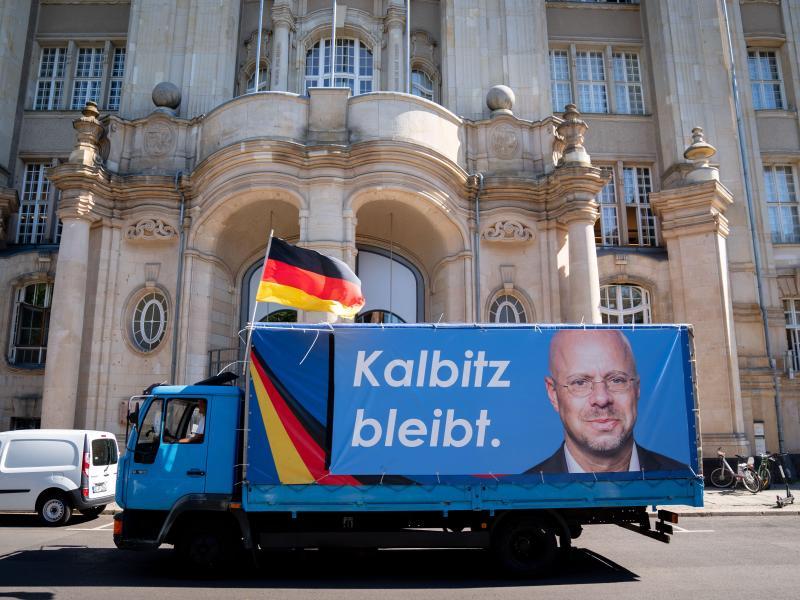 Ein LKW mit dem Konterfei des ehemaligen Brandenburger AfD-Fraktionsvorsitzenden Andreas Kalbitz fährt am Berliner Landgericht vorbei. Foto: Kay Nietfeld/dpa