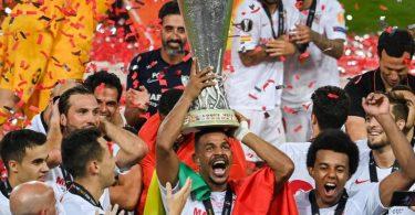 Sevillas Spieler feiern ihren Sieg mit dem Europa-League-Pokal. Foto: Federico Gambarini/dpa