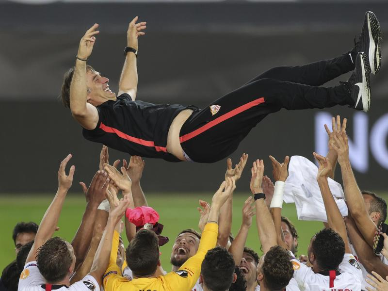 Sevillas Trainer Julen Lopetegui wird nach dem Finale in die Luft geworfen. Foto: Friedemann Vogel/Pool EPA/AP/dpa
