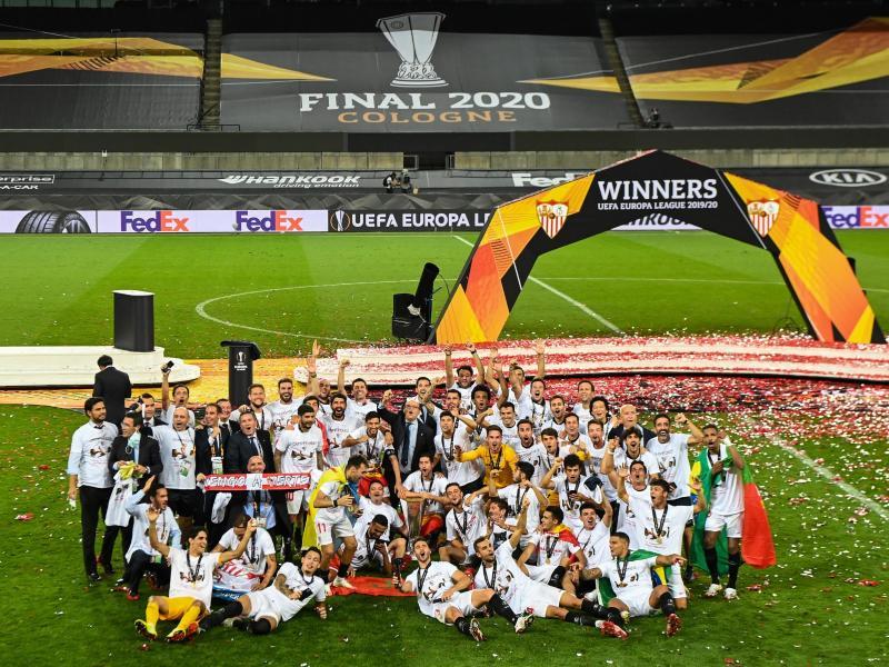 Die Spieler des FC Sevilla feiern den Sieg im Finale der Europa League. Foto: Federico Gambarini/dpa
