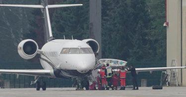 Eine Trage mit dem russischen Oppositionellen wird aus dem Flieger gehoben. Foto: Michael Kappeler/dpa