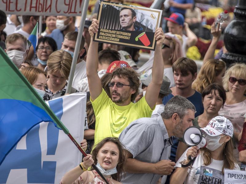 Solidar-Demonstration in Khabarovsk. Au dem Plakat, das der Teilnehmer hochhält, steht: «Nawalny wurde vergiftet, wir wissen, wer schuld ist, Alexej du musst leben.». Foto: Igor Volkov/AP/dpa
