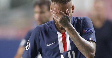 Verweinte Augen, Kopf gesengt: Neymar ist am Boden zerstört. Foto: Matthew Childs/Pool Reuters/AP/dpa