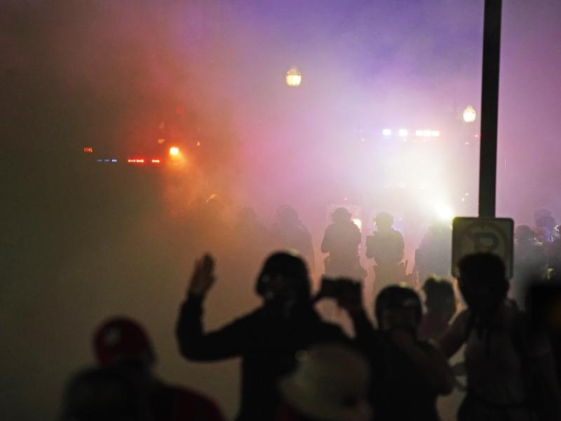 Polizisten und Demonstranten stoßen in Kenosha nach Schüssen auf einen Schwarzen erneut aufeinander. Foto: David Goldman/AP/dpa/Archiv